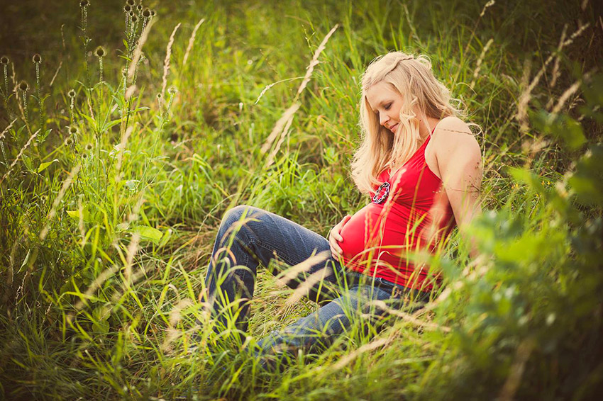 babybauch-outdoor-wiese-natur