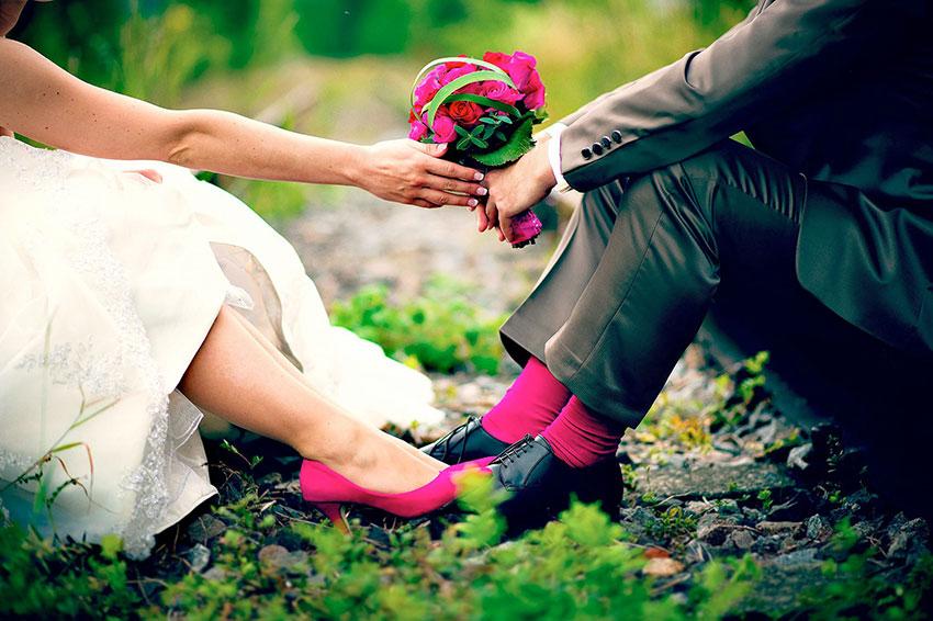 Hochzeitsfoto Schuhe Socken pink auf Bahngleis